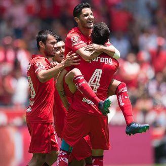 Jugadores de Toluca celebran el gol de Ángel Reyna