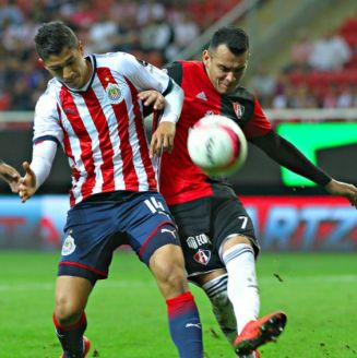 Ángel Zaldívar y Daniel Arreola disputan un balón en el A2017