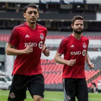 Jugadores de Toronto entrenan en la cancha del Estadio Azteca