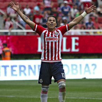 Carlos Salcedo durante un partido con Chivas