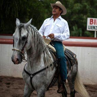 'El Bronco' monta a caballo