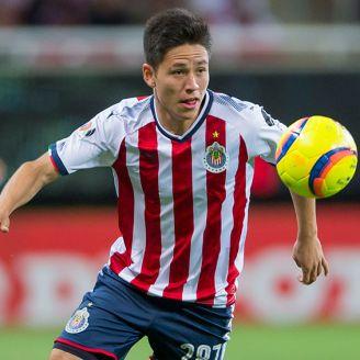 Macías controla el balón en un partido de Chivas