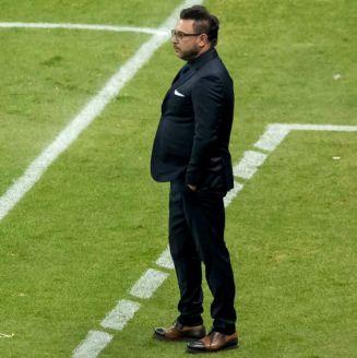 Mohamed observa el juego contra América en el Azteca
