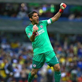 Chuy Corona festeja un gol de Cruz Azul