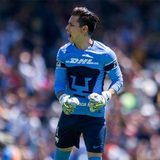 Saldívar celebra un gol de Pumas en el Clausura 2018