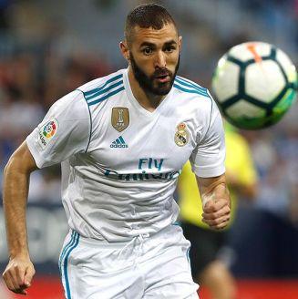 Benzema persigue el balón en juego del Real Madrid