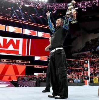 Jeff Hardy festeja con el campeonato de los Estados Unidos