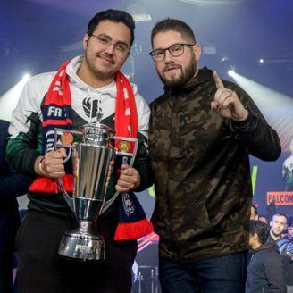MSDossary, sosteniendo el trofeo de campeón de la FUT Champions Cup Manchester