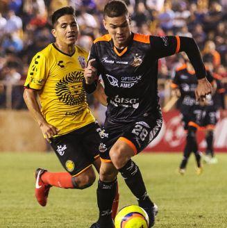 Christian Valdéz y Martin Zuñiga disputan el balón en el juego de Ida