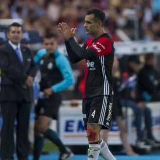 Rafa Márquez aplaude al salir de la cancha