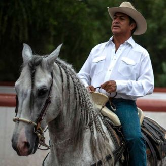Jaime Rodríguez, montando un caballo en Villa de García