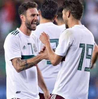 Layún sonríe en un partido con la Selección Mexicana