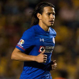 Gerardo Flores disputa un juego con Cruz Azul