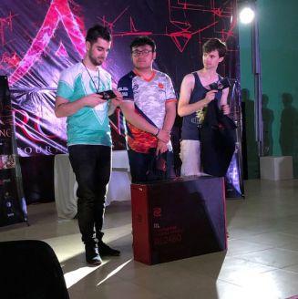 MKLeo, junto a Mr. R y Captain L al final del torneo en Arcane 2018