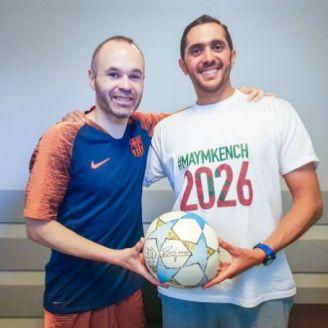 Saad Abid posa junto a Andrés Iniesta