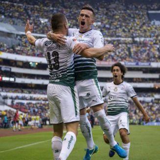 Rodríguez festeja con Lozano su gol contra América