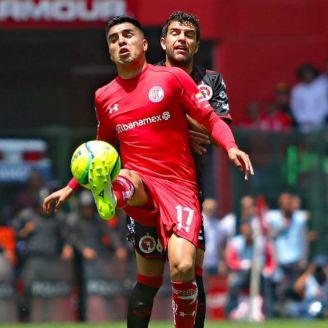 Leonel López defiende el balón en el Toluca vs Xolos