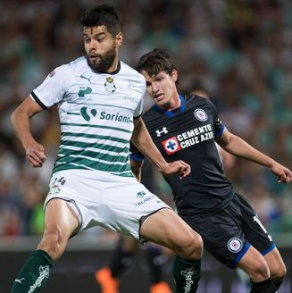 Araujo protege balón contra Carlos Fierro