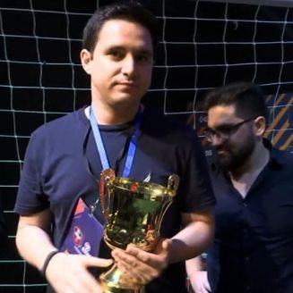 Rein10, sosteniendo el trofeo de campeón en Brasil