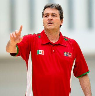 Sergio Valdeolmillos da indicaciones en una práctica
