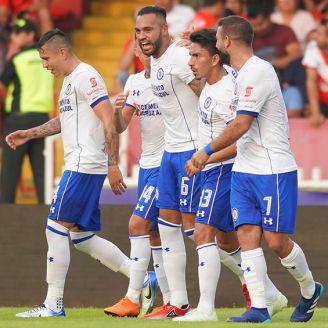 Futbolistas del Cruz Azul celebran un gol