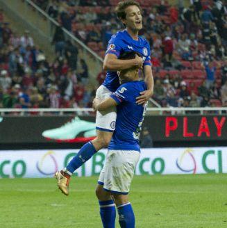 Felipe Mora y Carlos Fierro celebran un gol contra Chivas