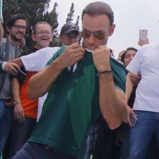Zague, durante la firma de la mega playera de la Selección Mexicana