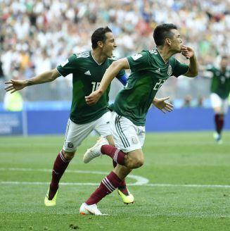 Chucky Lozano y Guardado en celebración de gol ante Alemania