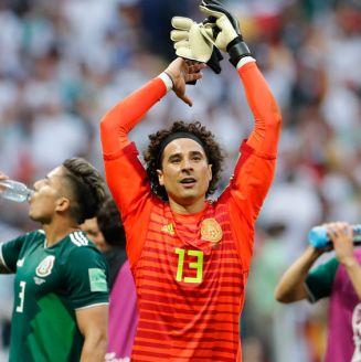 Ochoa aplaude a la afición tras el juego frente Alemania
