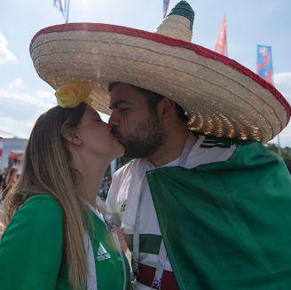 Aficionados mexicanos se besan antes del juego contra Alemania