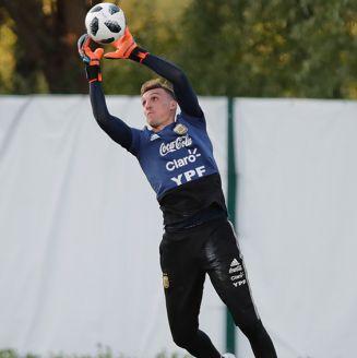 Armani baja balón en entrenamiento de Argentina
