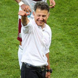 Osorio saluda a la afición tras el triunfo de Corea