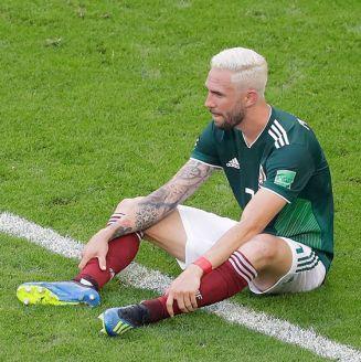 Miguel Layún se lamenta tras la eliminación del Tri ante Brasil