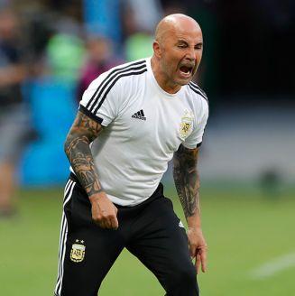 Sampaoli da instrucciones en un juego de Argentina durante Rusia 2018