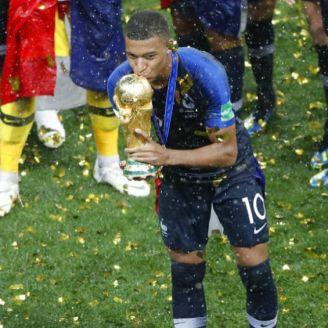 Mbappé besa la Copa del Mundo en premiación
