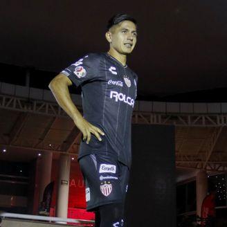 Dieter Villalpando posa con el nuevo jersey de Necaxa