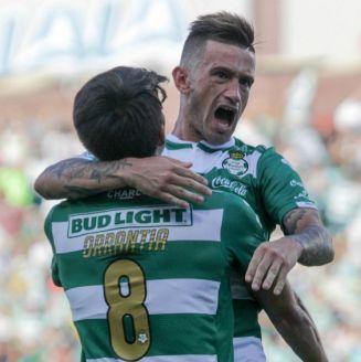 Brian Lozano festeja su gol contra Lobos BUAP en el A2018