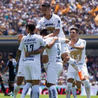 Jugadores de Pumas celebran uno de sus goles vs Necaxa en el A2018