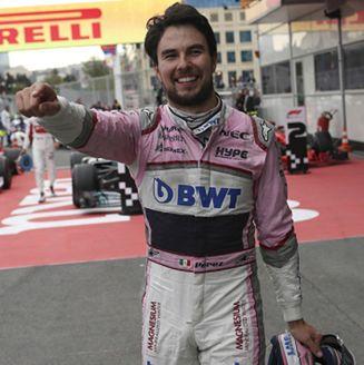 Checo Pérez celebra tercer lugar en Baku