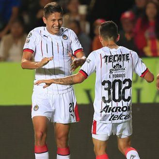 Jugadores de Chivas festejan el gol