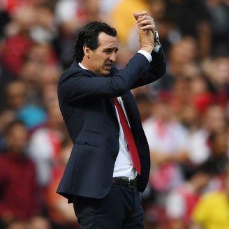 Unai Emery aplaude durante un juego del Arsenal
