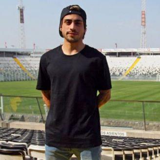 Bryan Carvallo posa en el Estadio de Colo Colo