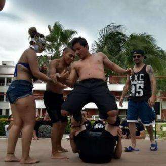 Asistentes suben al ring con los luchadores