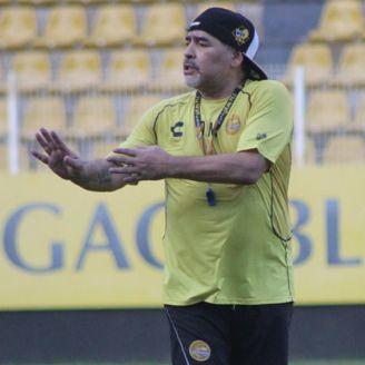 Maradona da instrucciones en un entrenamiento de Dorados