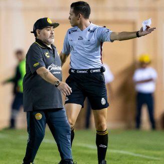 Maradona es sacado del terreno de juego en duelo ante Alebrijes
