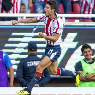 Isaác Brizula festeja gol con Chivas