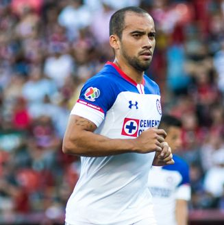 Adrián Aldrete disputa un juego con Cruz Azul