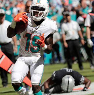 El receptor de Miami, Jakeem Grant, celebra un touchdown contra Oakland