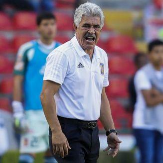 Ricardo Ferretti lanza un grito en un juego de Tigres