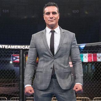Alberto El Patrón posa en la jaula de Combate Américas